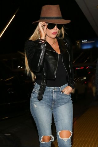 khloe-kardashian-in-ripped-jeans-at-lax-airport-in-los-angeles-10-20-2016_1