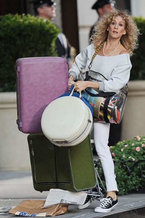 carrie-bradshaw-with-luggage-in-sex-and-the-city-2.jpg