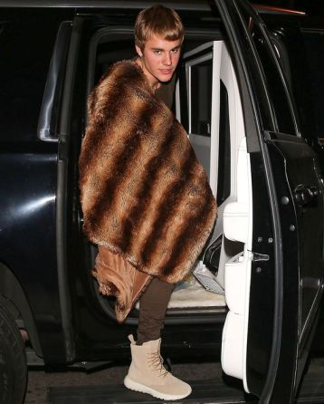 AG_156545 - - West Hollywood, CA - Justin Bieber changes his mind and opts for a camouflage jacket over his fur coat as he arrives for dinner at Delilah in West Hollywood. AKM-GSI 10 DECEMBER 2016To License These Photos, Please Contact : Maria Buda (917) 242-1505 mbuda@akmgsi.com or Mark Satter (317) 691-9592 msatter@akmgsi.com sales@akmgsi.com